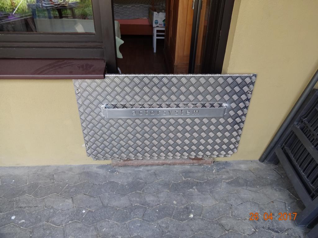 hochwasserschutz f r haust ren kellerfenster haus und keller. Black Bedroom Furniture Sets. Home Design Ideas